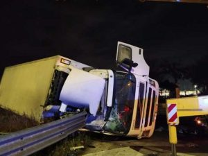 Roma, grave incidente in via Appia Nuova: camion si ribalta,