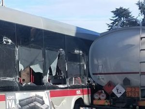Roma, incidente tra bus Atac e un'autocisterna in via di Cas
