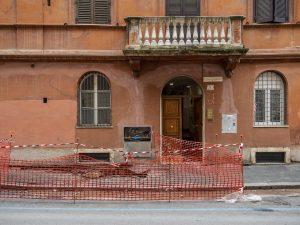 Voragine in zona Colosseo, undici persone ospitate in hotel: