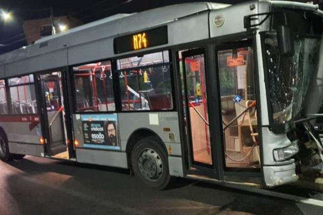 Roma, bus Atac si schianta contro un palo a Fonte Laurentina