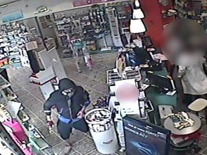 """Torrevecchia, ladro in bicicletta rapina farmacia: """"Ho una s"""