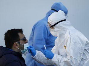 Ai domiciliari finge di avere i sintomi del coronavirus ma d