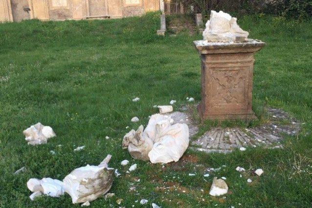 Roma, atto vandalico nella notte: completamente distrutte du