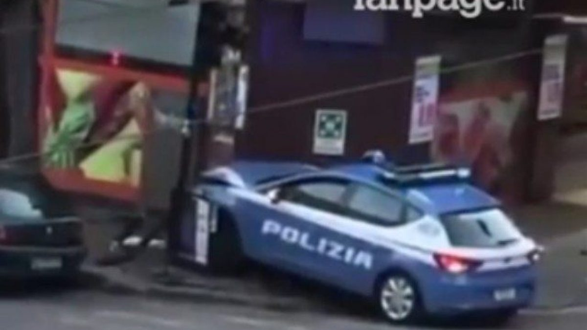 Volante Della Polizia Di Stato Sbanda Sui Binari Del Tram E Si Schianta Contro Il Supermercato