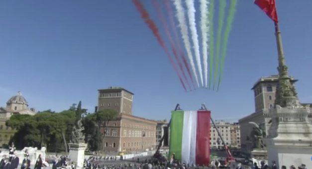 Frecce Tricolori sorvolano Roma: il cielo si tinge della bandiera ...