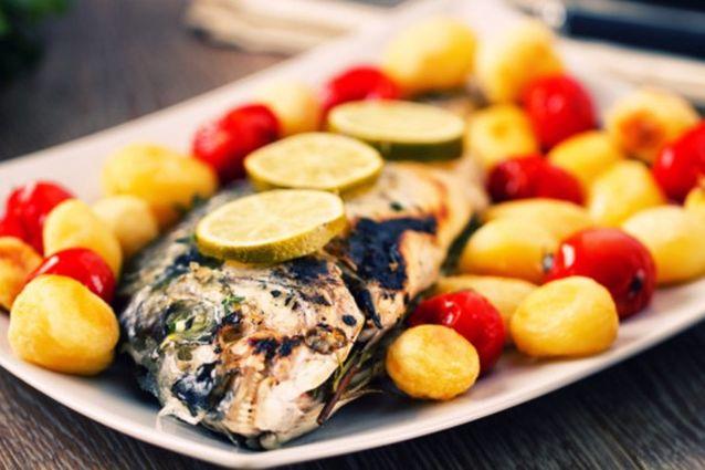 Branzino al forno con patate la ricetta semplice di un for Cucinare branzino