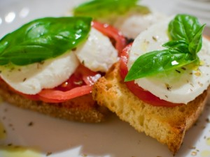 Bruschetta caprese: la ricetta originale col pomodoro