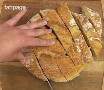 Pizza di pane la ricetta per utilizzare il pane raffermo in modo sfizioso - Cucina fanpage facebook ...