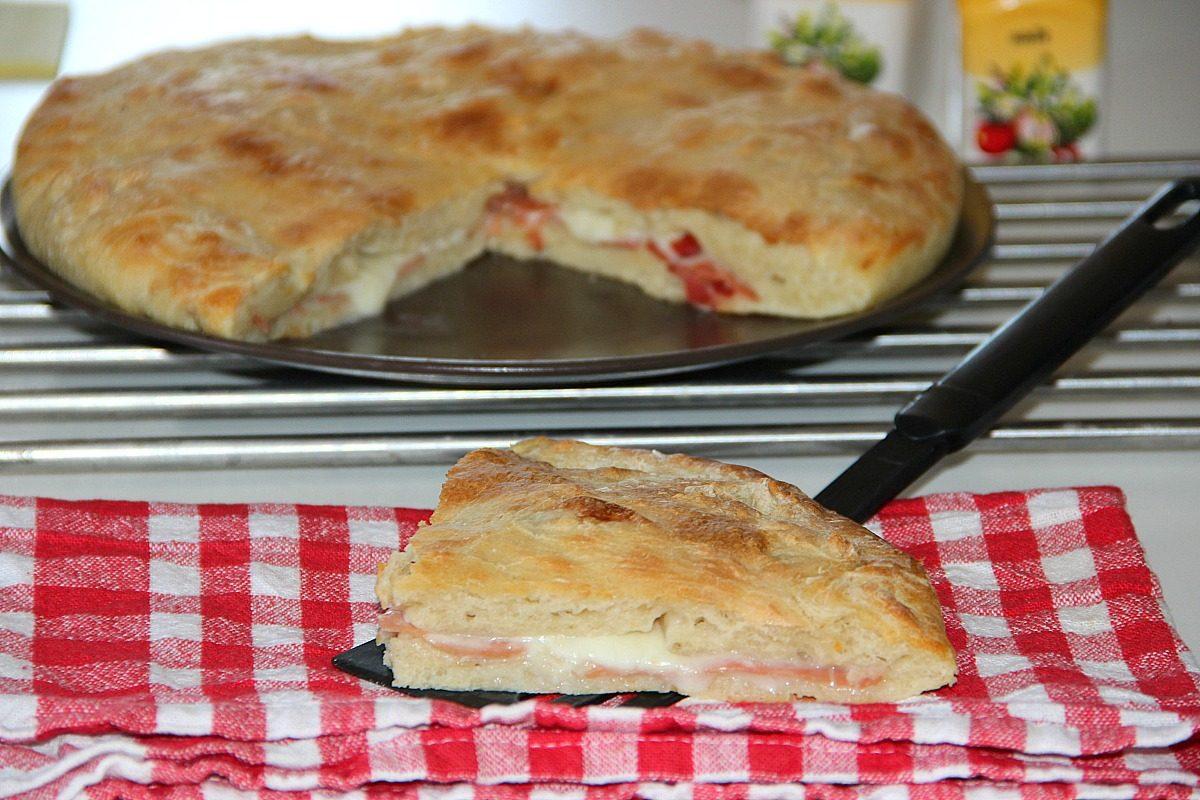 Focaccia ripiena la ricetta con prosciutto crudo e mozzarella - Cucina fanpage ricette ...