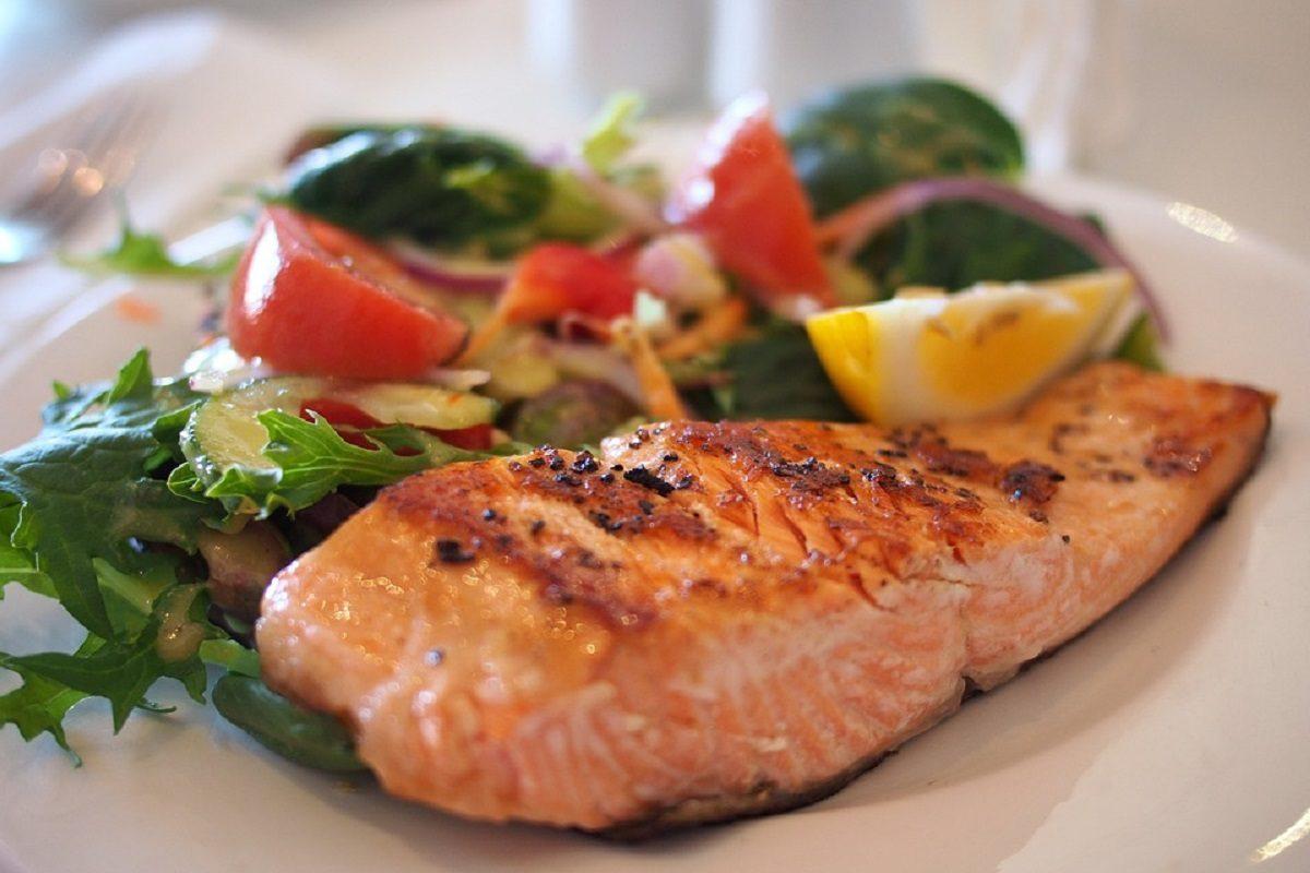 Salmone al forno: la ricetta del secondo piatto gustoso e leggero