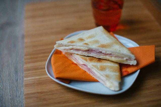 Pancarrè con Leerdammer Special Toast e prosciutto cotto.