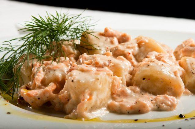 Gnocchi al salmone la ricetta del primo piatto gustoso per una cena romantica - Cosa cucinare per una cena romantica ...