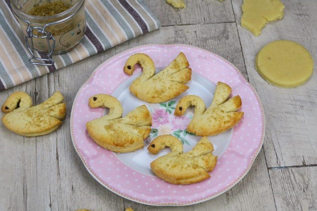 Mette la pasta frolla nel contenitore del ghiaccio e prepara deliziosi dolcetti - Ricette cucina fanpage ...
