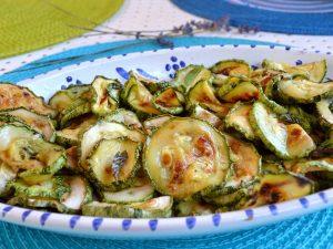 Zucchine in carpione: la ricetta del contorno estivo facile e appetitoso