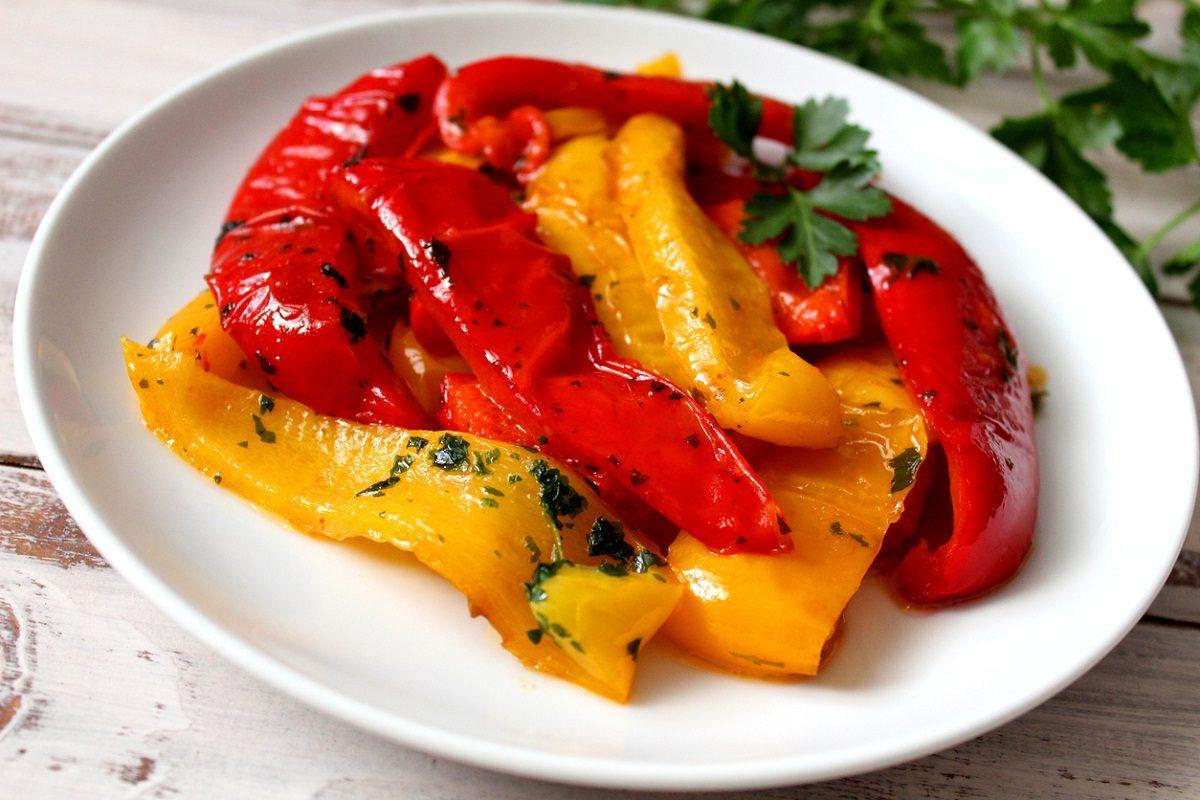 Taglia i peperoni a fette e aggiunge le uova la ricetta da provare - Cucina fanpage ricette ...