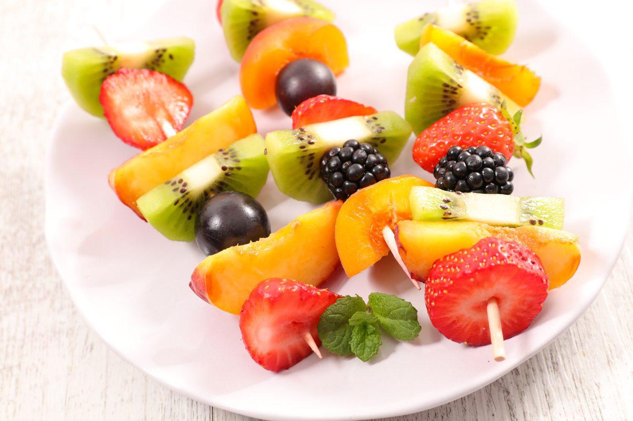 Decorazioni Buffet Frutta : Spiedini di frutta: la ricetta fresca e colorata per un originale