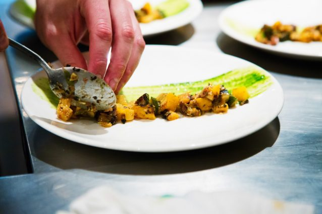 5 Plating Techniques the Pros Use | Cookist.com