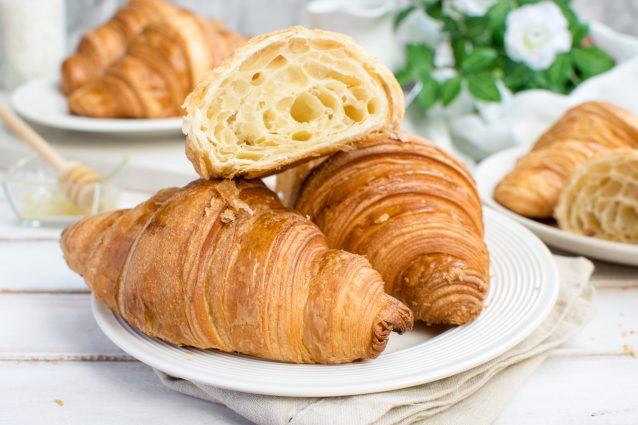 Croissants, the easy recipe to make them at home | Cookist.com
