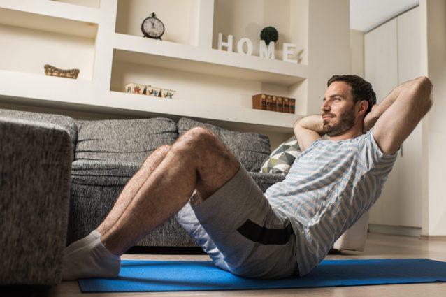 Come allenare gli addominali a casa: migliori esercizi uomo