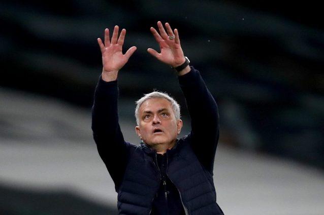 GettyImages 1303893618 1625175723268 638x425 - Mourinho, il rito mistico con la maglia della Roma: la bacerà due volte, poi farà il gesto del cristiano