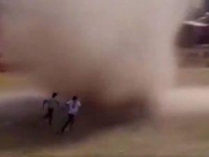 diav 1626982836235 300x225 - Terrore in Bolivia, dal nulla spunta in campo un diavolo di sabbia: si scatena il fuggi fuggi