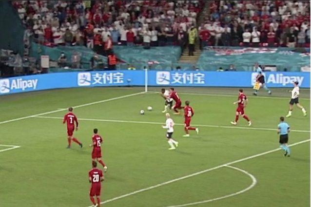 inghilterra danimarca due palloni in campo 01 638x425 - Lo scandalo di Inghilterra-Danimarca: due palloni in campo e un rigore generoso