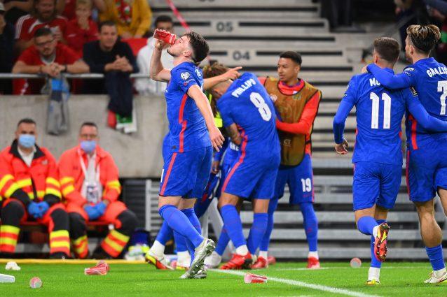 """GettyImages 1337921631 638x425 - Lancio di bibite in campo, i giocatori inglesi raccolgono e bevono: """"Atmosfera inaccettabile"""""""