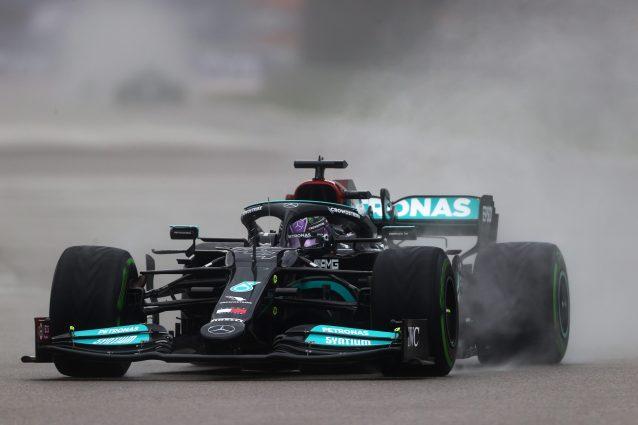 GettyImages 1342448113 638x425 - A Sochi succede di tutto, Hamilton trionfa sotto la pioggia! Verstappen è secondo, Sainz terzo