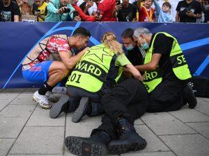 cristiano ronaldo steward 300x225 - Cristiano Ronaldo abbatte uno steward con un tiro: impatto violento e attimi di paura