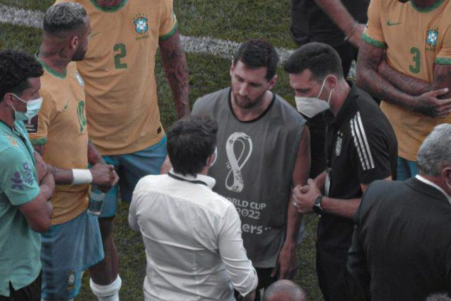 """messi discute agenzia sanitaria 638x425 - La rabbia di Messi in Brasile: """"Siamo qui da 3 giorni e ora ci dite che non possiamo giocare?"""""""