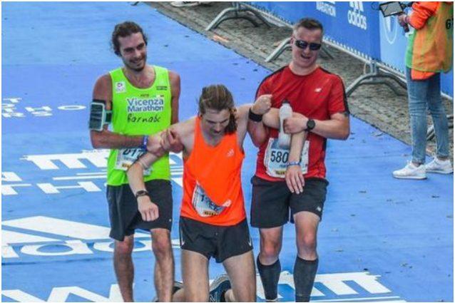 barnaba 1 638x425 - Lo stupendo gesto di Barnaba alla maratona di Berlino: si ferma per portare al traguardo un collega