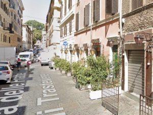Uomo muore in strada: le persone restano in fila impassibili accanto al cadavere