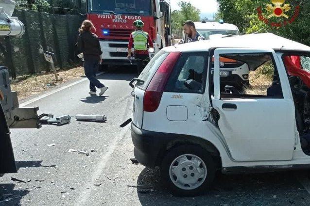 Scontro tra auto e cisterna, conducente della vettura rimane incastrato tra le lamiere: è grave