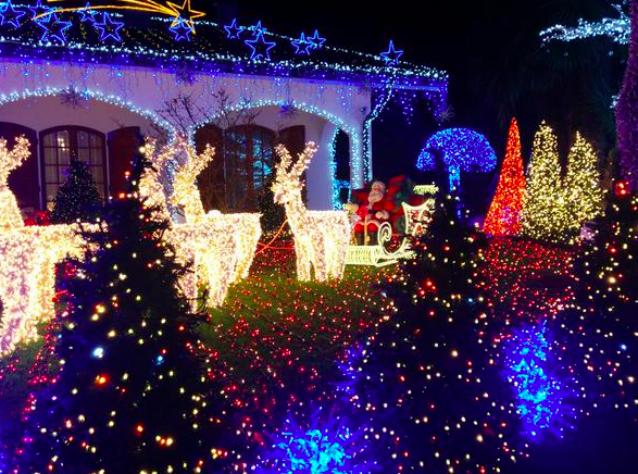 Melegnano la casa di babbo natale uno spettacolo oltre 426mila luci colorate - Luci di emergenza per casa ...