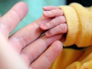 Vacanza finisce in tragedia per una coppia di Sesto: la loro bimba di due mesi muore nella culla