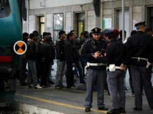 Vendono cocaina ai poliziotti, ma sono palline di carta: denunciati due pusher
