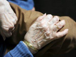 Como, anziana uccisa nel suo letto in una casa di riposo: strozzata con guanti in lattice