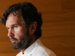 """Carlo Cracco """"perde"""" una stella nella Guida Michelin: la causa è il trasferimento in Galleria"""