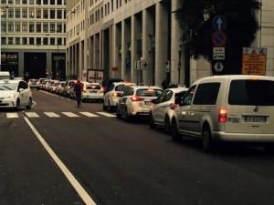 Uber, secondo giorno di proteste dei tassisti a Milano: disagi in stazione Centrale e aeroporti
