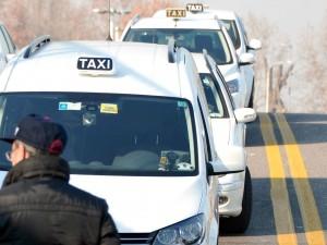 Protesta contro Uber, blocco selvaggio dei taxi a Milano