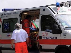 Si recide accidentalmente l'arteria femorale con le forbici: 37enne muore dissanguato