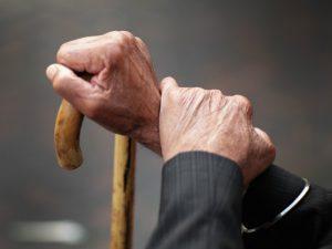 Badante infedele cerca di svuotare il conto corrente di un anziano affetto da demenza senile