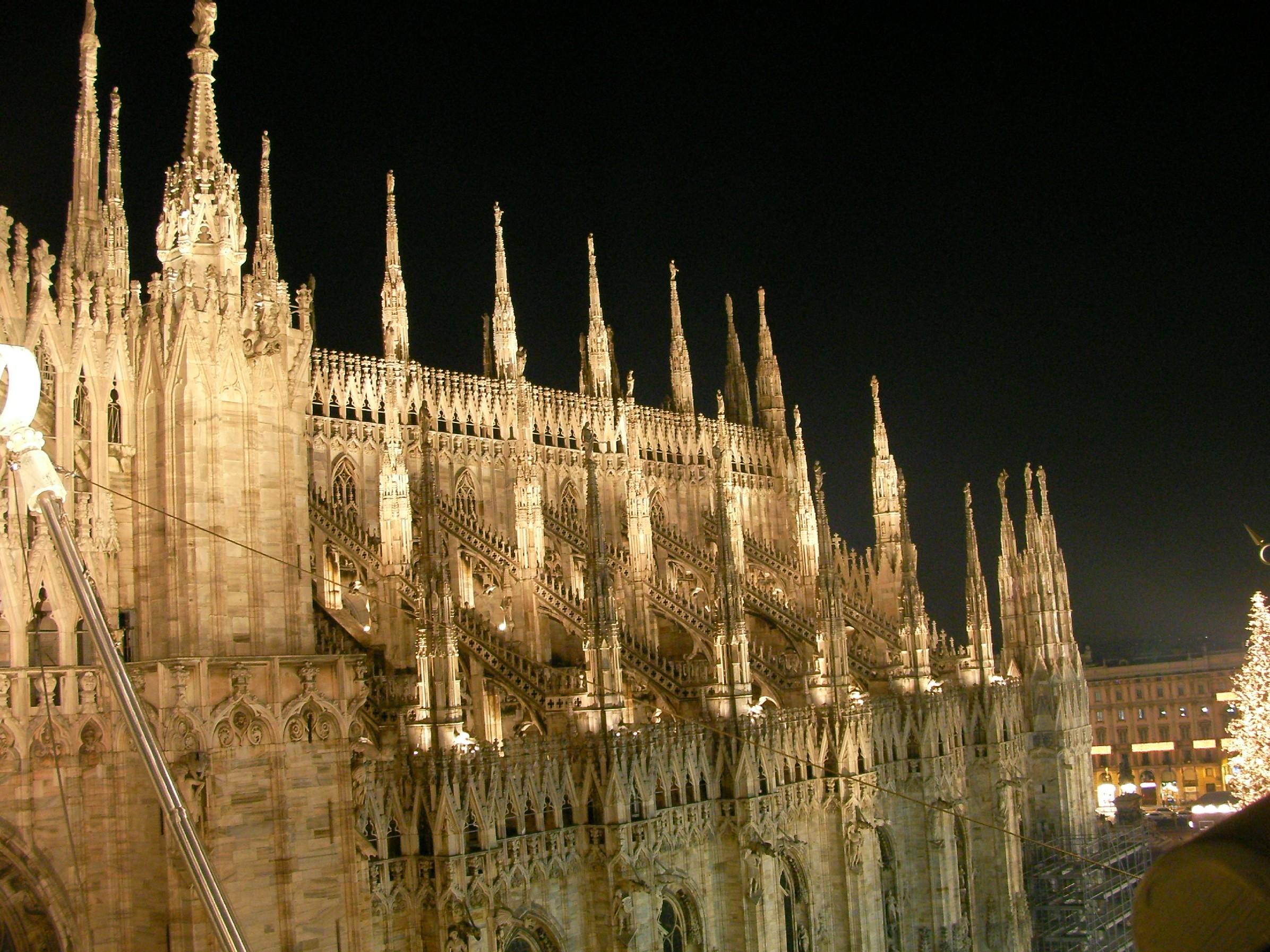 Milano, 62enne cade dalle terrazze del Duomo e resta bloccato tra le ...