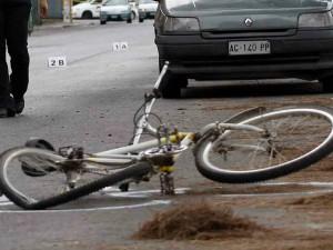 Milano, 52enne in scooter investe una ragazza in bici e poi cade a terra: l'uomo è grave