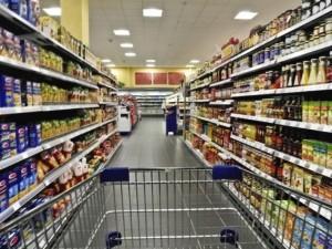 Nascondono tre bottiglie di whiskey nei pantaloni per rubarle: tre arresti in un supermercato al Portello