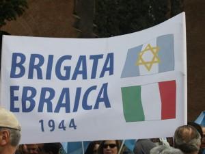 """Corteo 25 aprile a Milano, la Brigata Ebraica in piazza con l'Anpi: """"Non vogliamo la scorta"""""""