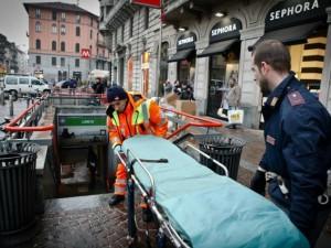 Soccorsi nei pressi di una fermata metro a Milano (Archivio)