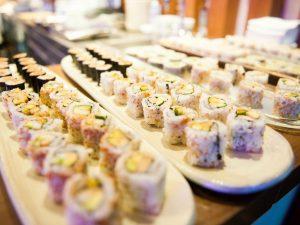 """L'inchiesta delle Iene sul sushi """"All you can eat"""" a Milano: pesce pessimo in 5 ristoranti su 8"""