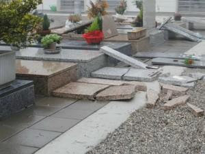 Lapidi divelte in un cimitero (Archivio)