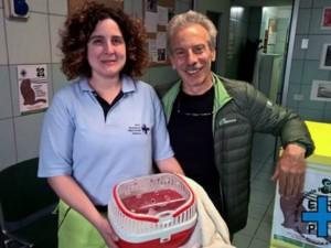 L'attore Giovanni Storti in compagnia di un'operatrice dell'Enpa Milano e della biscia salvata (Foto dalla pagina Facebook Enpa Milano)